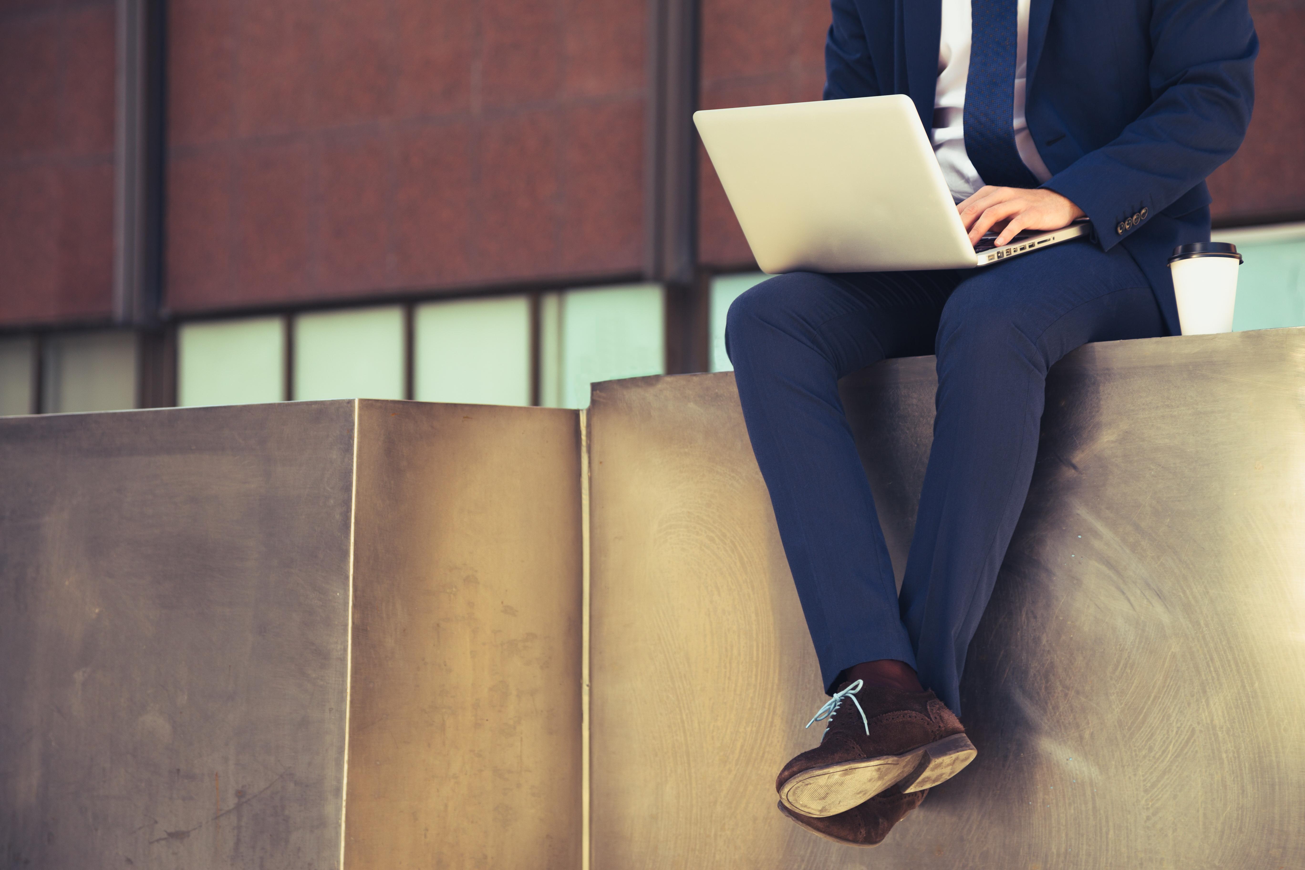 Entspannter Arbeitgeber beim Newsletter-Lesen