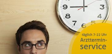 Mann mit Brille steht unter einer großen Uhr - weiter zu Arztterminservice