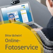 Junge Frau von hinten, die am Schreibtisch sitzt und am Laptop arbeitet - weiter zu unserem Online-Fotoservice für die elektronische Gesundheitskarte
