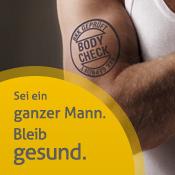 """Muskulöser Oberarm eines Mannes mit Stempel-Tätowierung """"BKK geprüft"""" - hier gehts zum Portal Männergesundheit"""