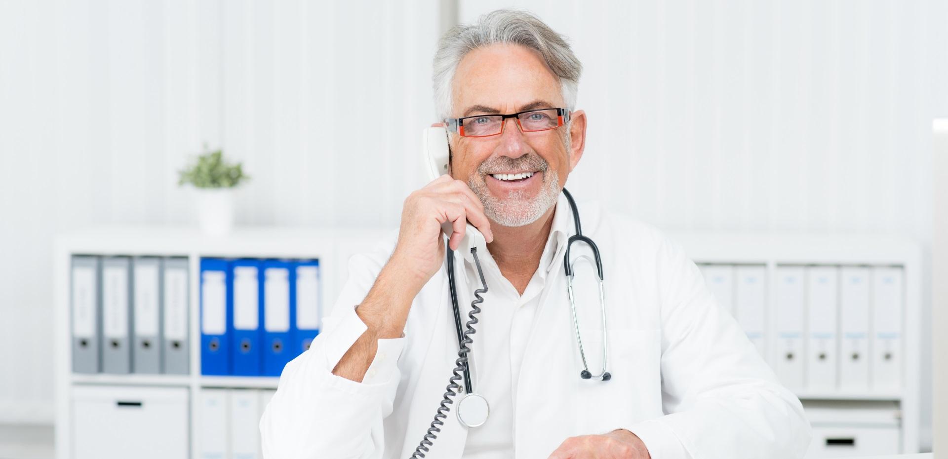 Arzt beim Telefonieren