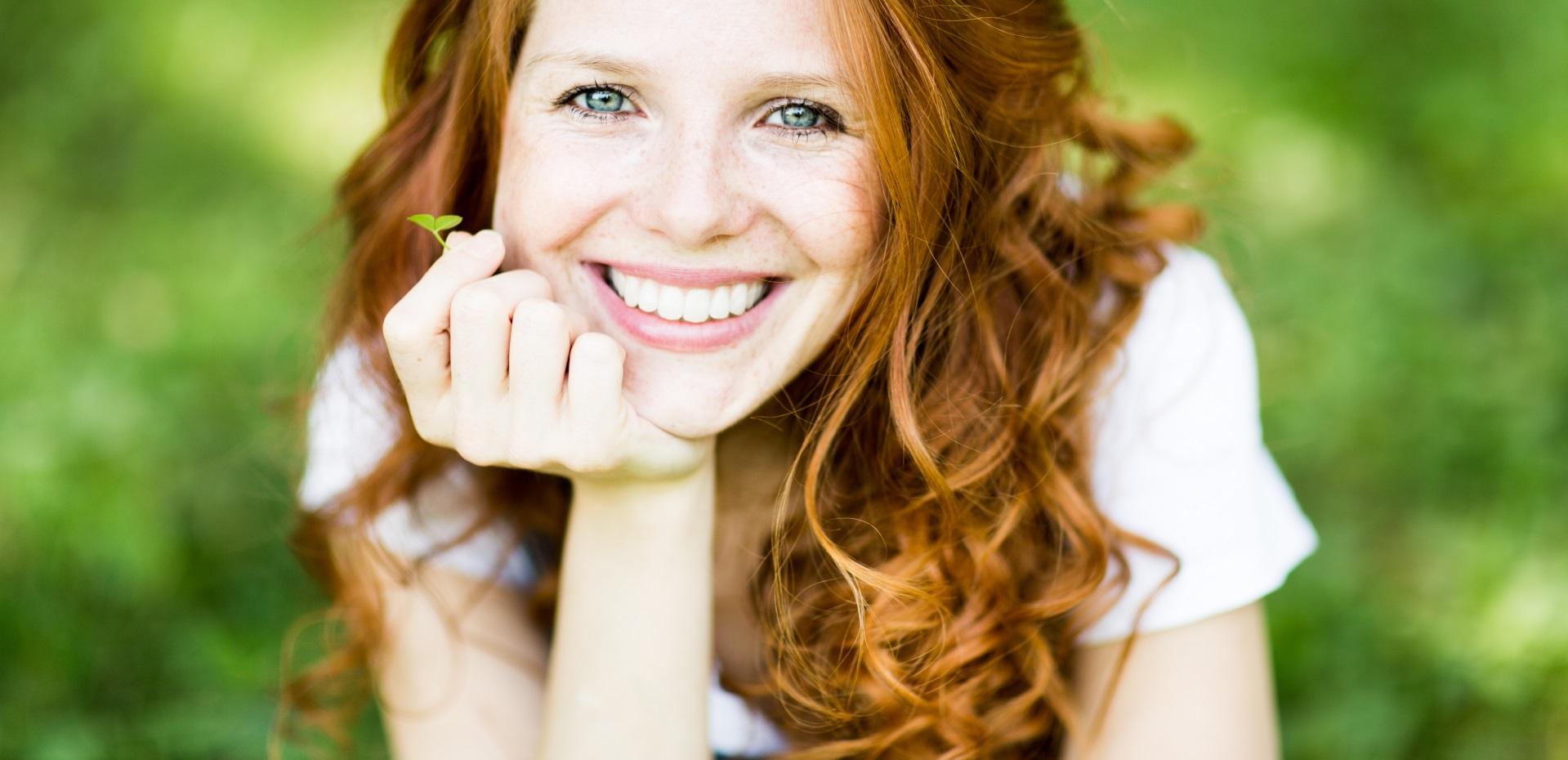 Lächelnde, rothaarige Frau