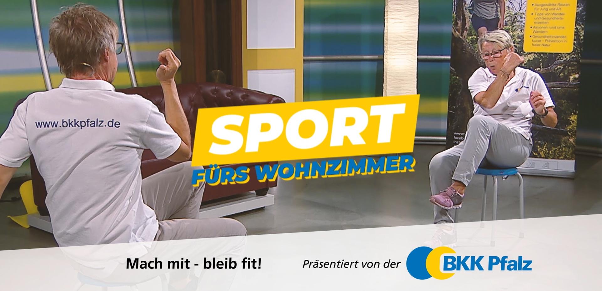 Coach und Seniorin Ulla machen Fitnessübungen