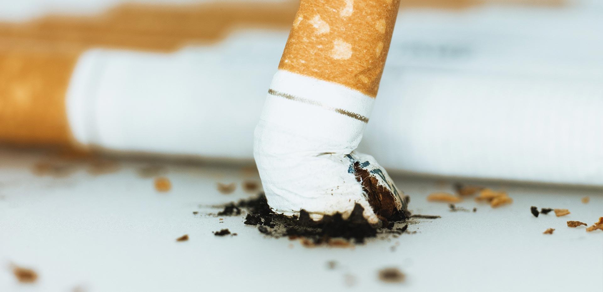 Zigaretten und ausgedrückte Kippe