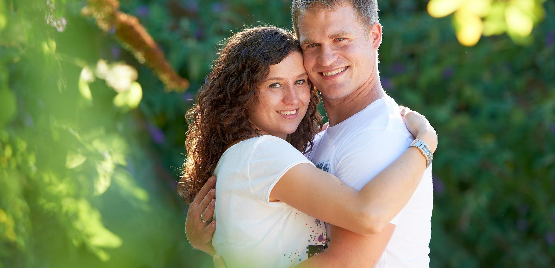 Glückliches junges Paar umarmt sich