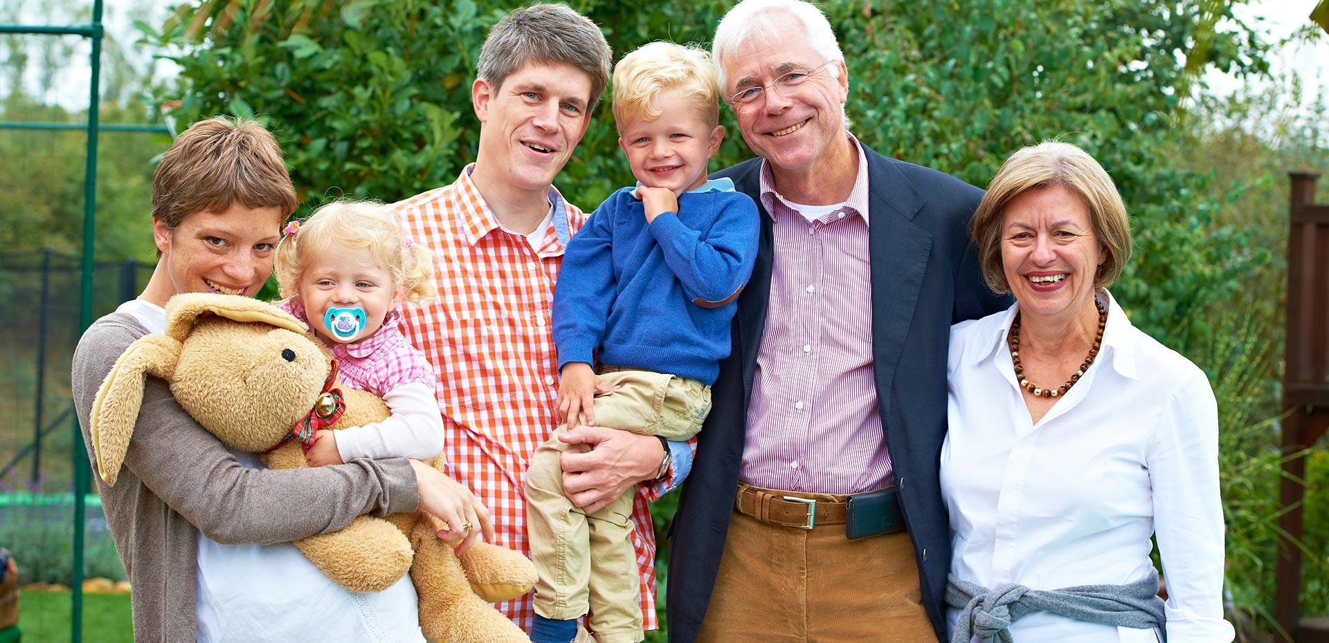 Familie mit Großeltern, Eltern und Kindern