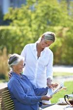 Pflegekraft mit älterer Dame