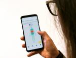 Junge Frau mit Smartphone beim Bedienen der Neurodermitis-App Nia
