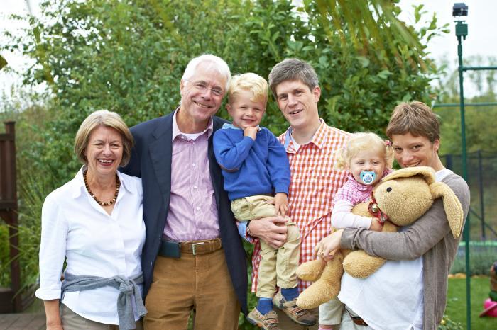Familie: Oma, Opa, kleiner Junge, Vater, Tochter und Mutter