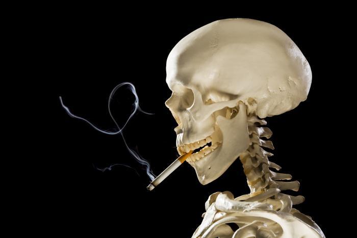 Skelettschädel mit brennender Zigarette