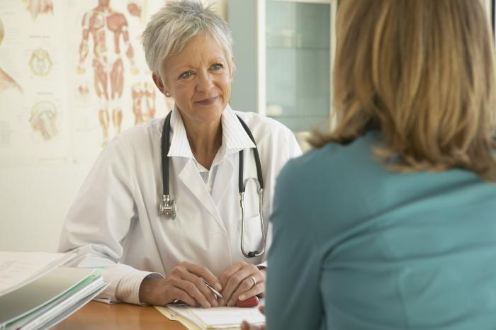 Ärztin berät eine Patientin