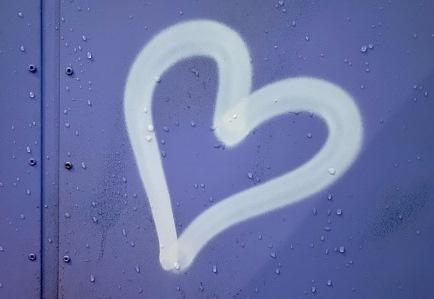 Gespraytes Herz auf einer Mauer