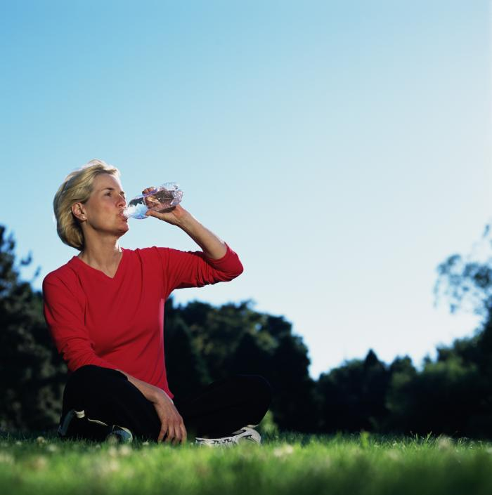Frau trinkt nach dem Sport Wasser