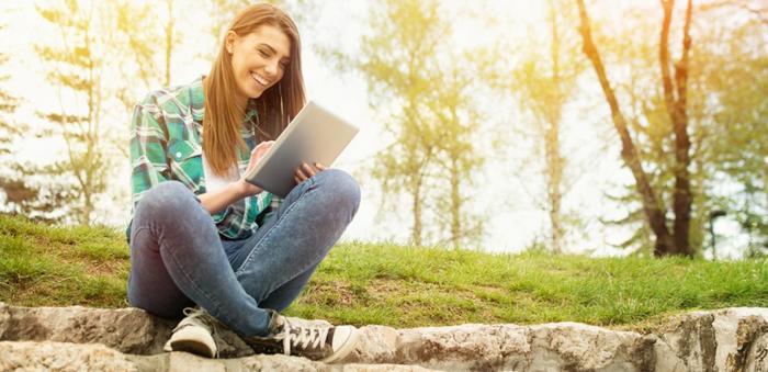 Junge Frau mit dem Laptop