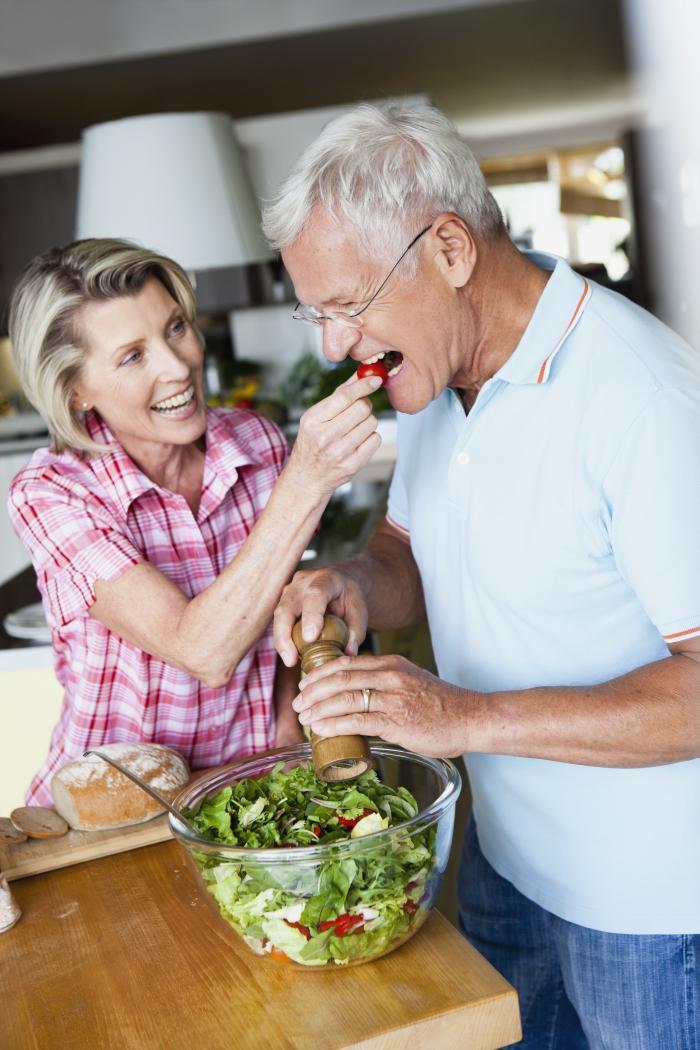 Zwei vergnügte Rentner beim Salat essen
