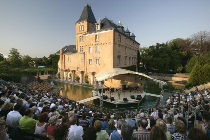 Bühne des Open Air Geländes der Schlossfestspiele Edesheim in der Abendsonne