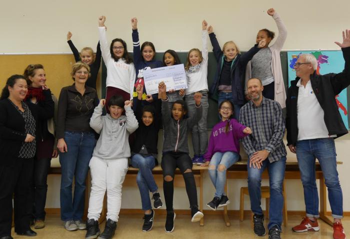 Theater AG der Wittelsbachschule Ludwigshafen bei der Scheckübergabe