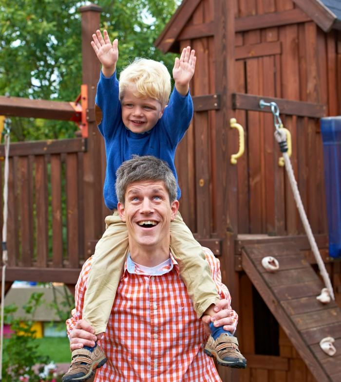 Vater und Sohn auf Spielplatz