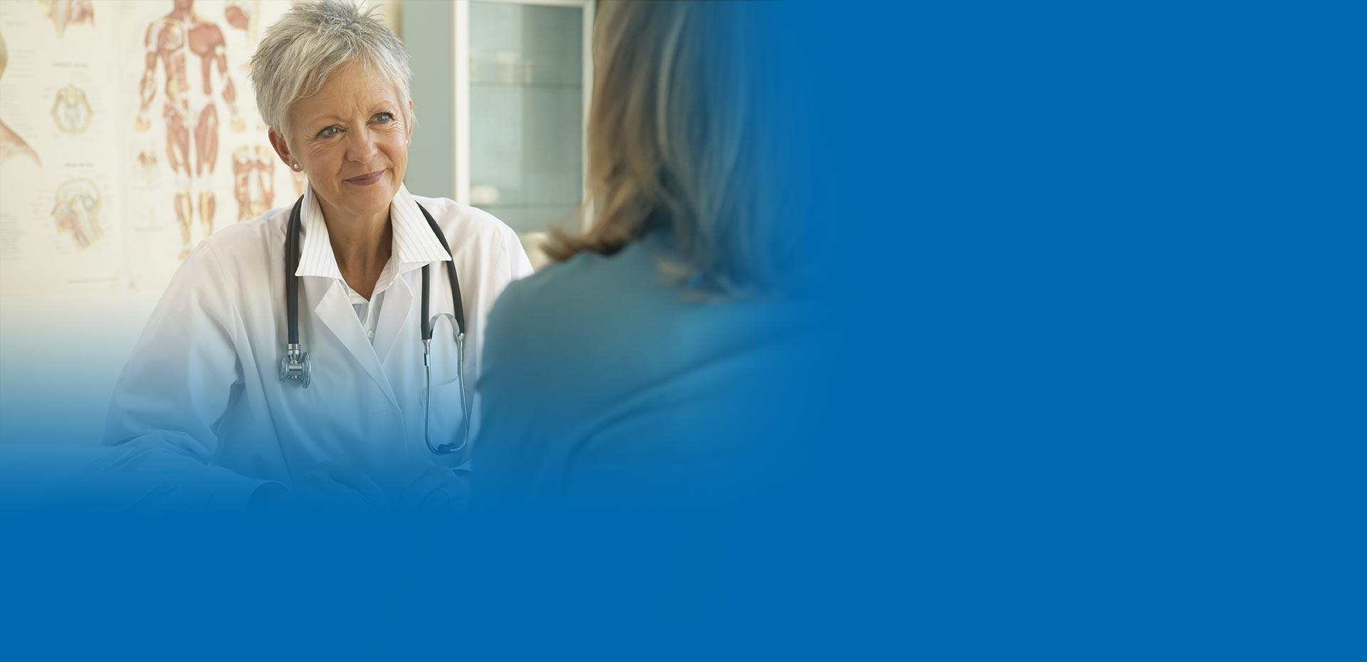 Freundliche Ärztin berät eine Patientin